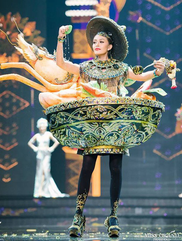 Anh cũng nêu ví dụ về những thiết kế có ý tưởng đồng dạng với những thiết kế các năm trước, cụ thể ở cuộc thi Hoa hậu Hòa bình Thái Lan (Miss Grand Thailand) cũng với sự sáng tạo tương tự. Điều này rất khó khăn để nhận diện thiết kế của Việt Nam được chọn ở hiện tại là độc và lạ.