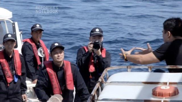 Phóng viên Jun Veneracion trao đổi với lực lượng tuần duyên Trung Quốc khi tàu chở đoàn làm phim Philippines tới gần bãi cạn Scarborough. (Ảnh: GMA)