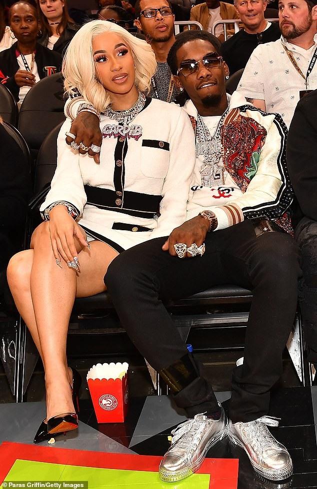 Cặp đôi ca sỹ gây lóa mắt bởi trang phục hàng hiệu và loạt trang sức kim cương khủng