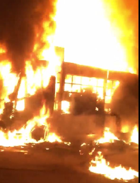 Xe đầu kéo chở xe lu và máy cẩu bốc cháy sau khi CSGT cân tải trọng - 2