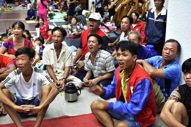 Mặc dù dự kiến tối 24/11 bão sẽ vào TPHCM, từ chiều tối cũng đã xuất hiện mưa lớn nhưng người dân xã đảo Thạnh An (địa phương đầu tiên sẽ đón bão nếu bão vào TPHCM) vẫn nhiệt tình cổ vũ cho đội tuyển trong trận cầu quyết định với tuyển Campuchia. (Ảnh: Phạm Nguyễn)