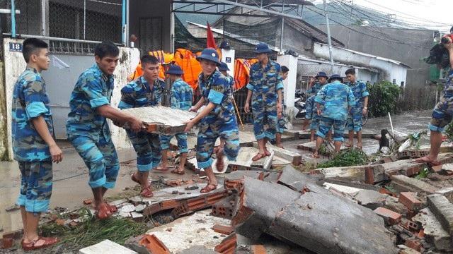 Mưa lớn kèm sạt lở đất ven núi, lũ ống đã khiến 15 người trên địa bàn TP Nha Trang thiệt mạng, 5 người mất tích và 30 người bị thương. (Ảnh: Thủy Nguyên)