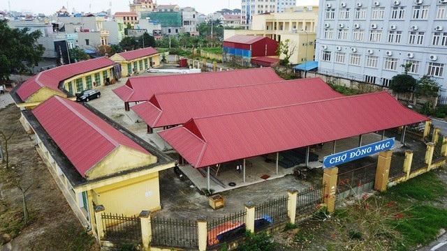 Chợ Đông Mạc, thành phố Nam Định, được đầu tư xây dựng diện tích hơn 2.200 m2 với 21 ki ốt kín, 42 ki ốt hở, 500 m2 mặt sân ngoài trời với tổng mức đầu tư gần 6 tỷ đồng, nhưng chợ này chỉ họp được vài hôm rồi… bỏ hoang hơn 3 năm nay. (Ảnh: Đức Văn)