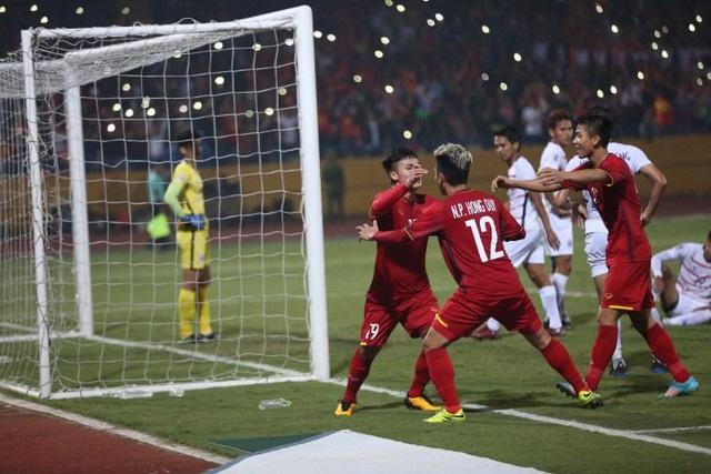 Hồng Duy (số 12) thi đấu ấn tượng trong lần đầu được đá chính
