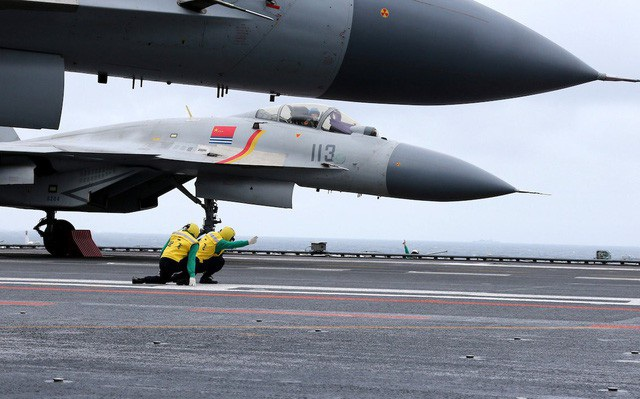 Máy bay J-15 của Trung Quốc bị nghi là hàng sao chép của S-33 Nga. Tuy nhiên, quyết định này được cho là không sáng suốt vì J-15 liên tiếp gặp lỗi kỹ thuật và tốn của Bắc Kinh nhiều thời gian và tiền bạc (Ảnh: Reuters)