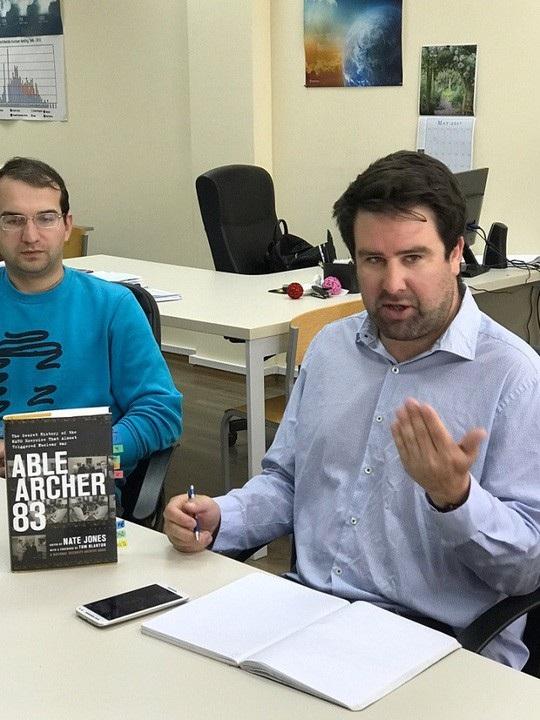 Ông Nate Jones bên cạnh cuốn sách viết về cuộc tập trận Able Archer 83 của mình. Ảnh: ODCNP