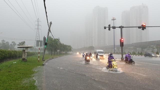 TPHCM bị ảnh hưởng cơn bão số 9 nên có mưa gió lớn trên diện rộng gây ngập sâu (ảnh: Đình Thảo)