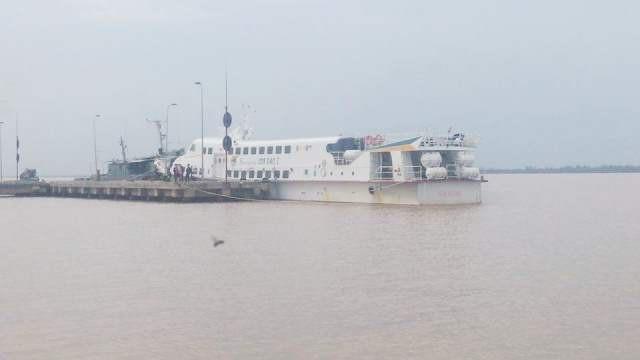 Tàu khách cao tốc phải ngưng hoạt động do ảnh hưởng của bão số 9.