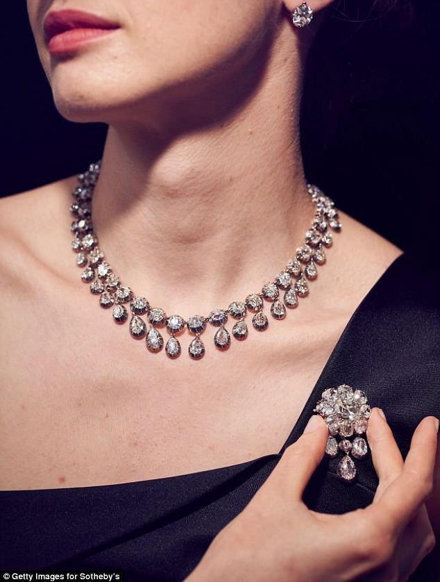 Bộ vòng cổ và ghim cài áo gắn kim cương.