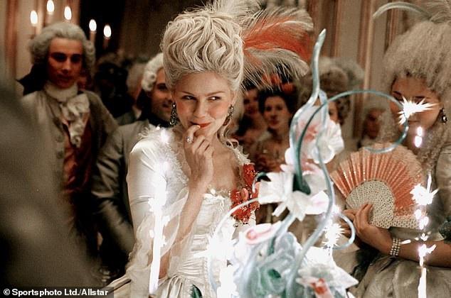 """Cuộc đời Hoàng hậu Marie Antoinette đã từng được khắc họa trong bộ phim tiểu sử """"Marie Antoinette"""" (2006)."""