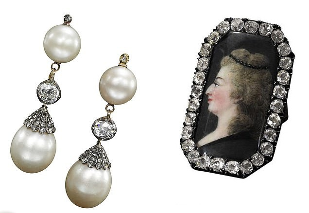 Đôi khuyên tai ngọc trai tự nhiên và một chiếc nhẫn mặt gắn kim cương.