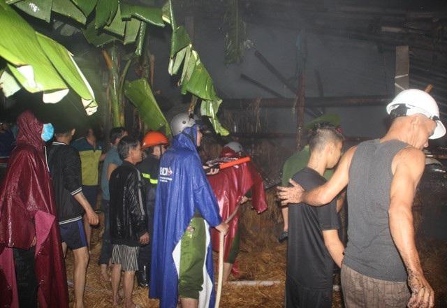 Đông đảo người dân cùng tham gia chữa cháy.
