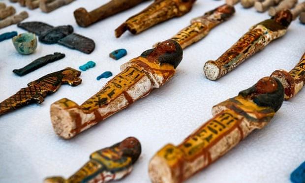 Khoảng 1000 món vật làm từ gỗ, đất nung và gốm sứ được chôn trong mộ cổ