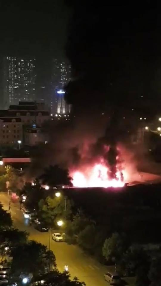 Hà Nội: Gara ô tô bùng cháy dữ dội trong đêm - 1