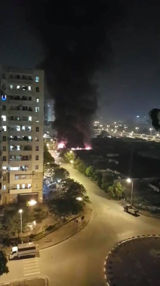 Đám cháy có thể nhìn rất rõ từ các chung cư cao tầng lân cận