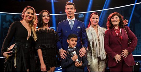 Georgina Rodriguez được lòng cả gia đình C.Ronaldo