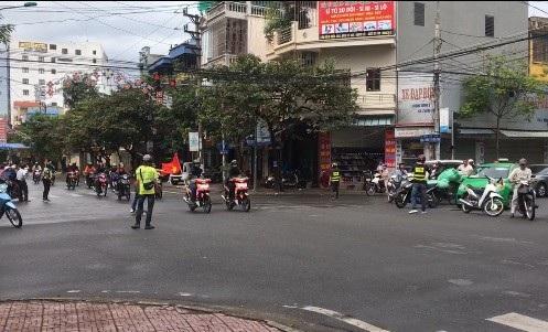 Sự việc xảy ra tại một giao lộ ở thành phố Nam Định và được một người dân ghi lại.