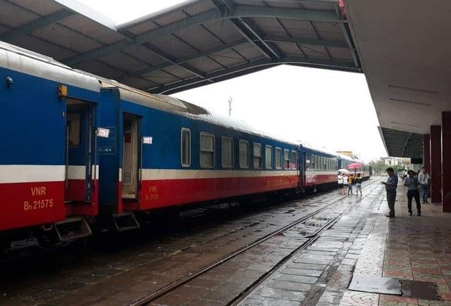 Thông tuyến đường sắt Bắc - Nam sau hàng chục giờ khắc phục sự cố sạt lở do mưa bão (ảnh: Thủy Nguyên)