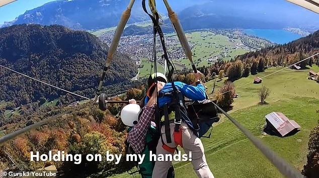 Anh phải bám chặt lấy viên phi công bên cạnh khi bay ở độ cao hơn 1200m