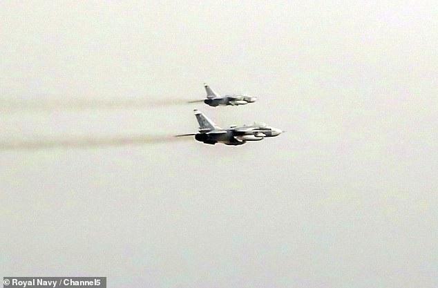 Theo Anh, các máy bay chiến đấu Nga đa chủng loại đã áp sát tàu chiến Anh khi nó đang dẫn nhóm tàu NATO băng qua Biển Đen (Ảnh: Channel 5)