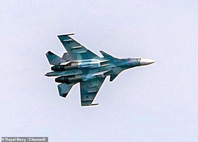Một máy bay Nga áp sát tàu chiến Anh (Ảnh: Channel 5)