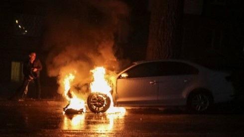 Xe của Đại sứ quán Nga ở Kiev bị đốt cháy. (Ảnh: Reuters)