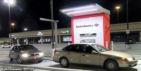 Một cây ATM của ngân hàng Bank of America ở bang Texas – Mỹ trả đồng 100 USD thay vì 10 USD. Ảnh: Click2Houston