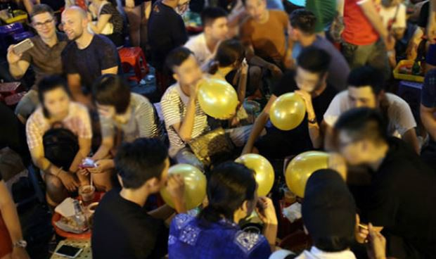 Hình ảnh giới trẻ vô tư hít bóng cười ở nơi công cộng không còn lạ lẫm (ảnh internet)