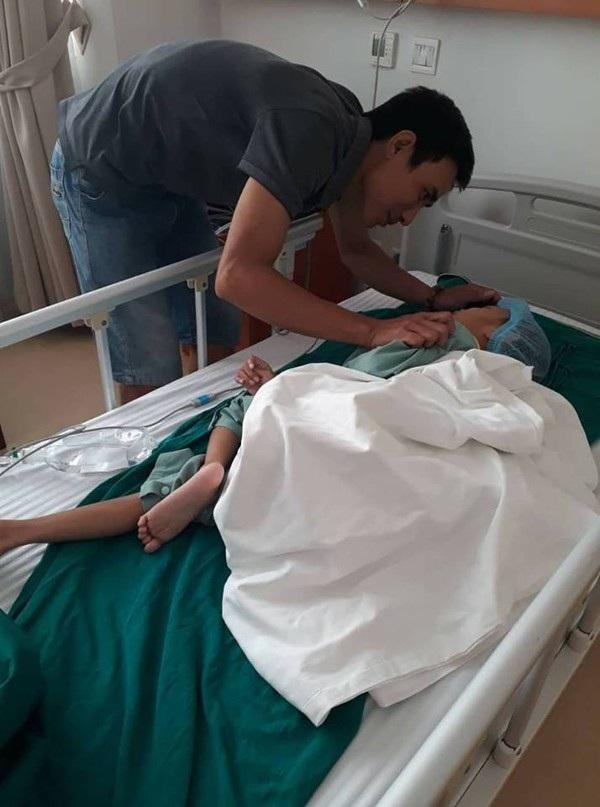 Bé Bảo Nam được bố âu yếm, động viên sau ca phẫu thuật