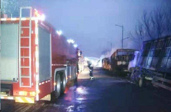 Chiến dịch cứu hỏa quy mô lớn được triển khai để đối phó với vụ nổ nhà máy hóa chất. (Ảnh: CTGN)