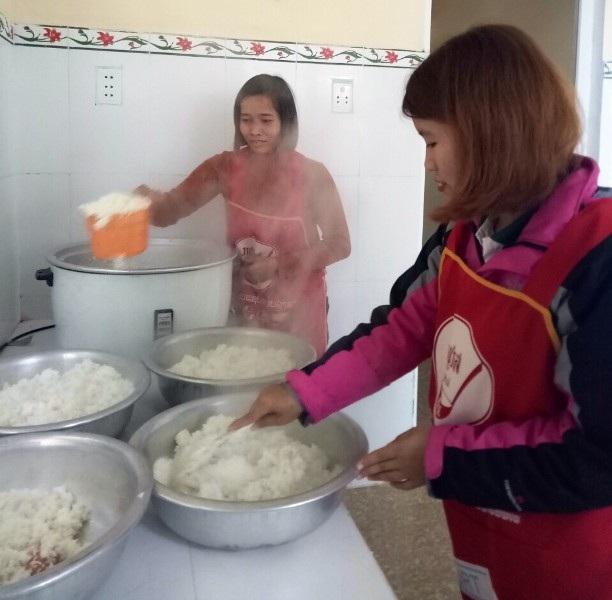 Nhiều cô giáo vừa dạy học vừa vào bếp nấu ăn cho trẻ