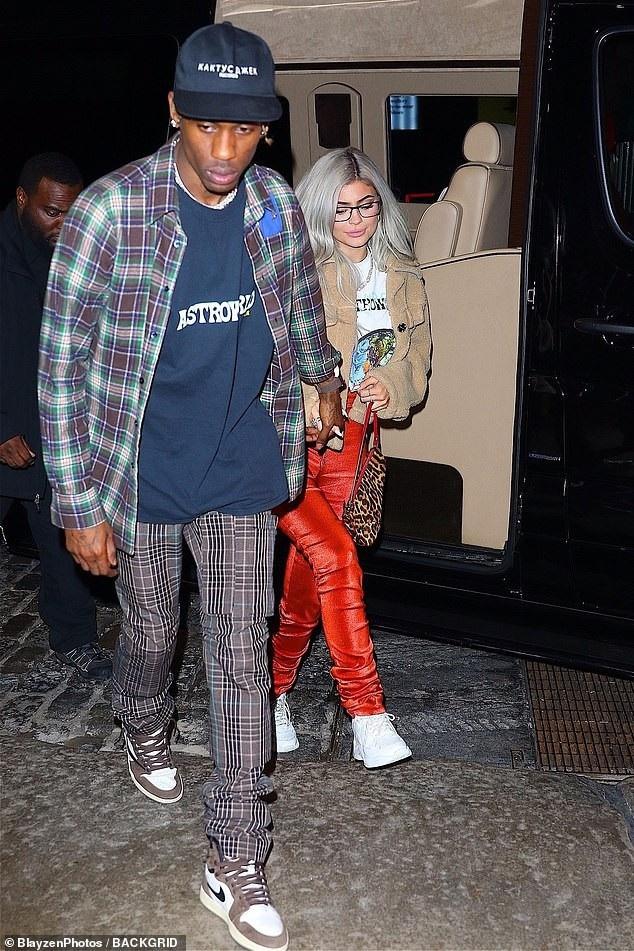 Kylie Jenner xuất hiện bên bạn trai Travis Scott trên đường phố New York ngày 27/11 vừa qua