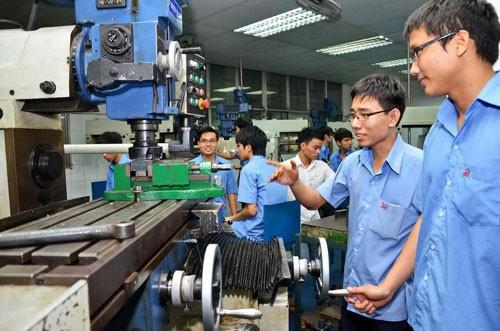 Sinh viên Trường ĐH Công nghiệp TP HCM - một trong những trường đầu tiên thực hiện tự chủ - trong giờ thực hành. (Ảnh: Tấn Thạnh)