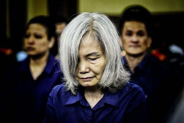 Bị cáo Nguyễn Thị Kim Xuyến xuất hiện tại tòa với gương mặt hốc hác và mái tóc bạc phơ.