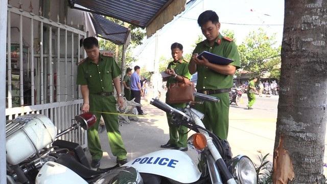Hiện trường các đối tượng buôn lậu húc văng xe đặc chủng của cảnh sát lên vỉa hè khiến 2 chiến sĩ bị thương.