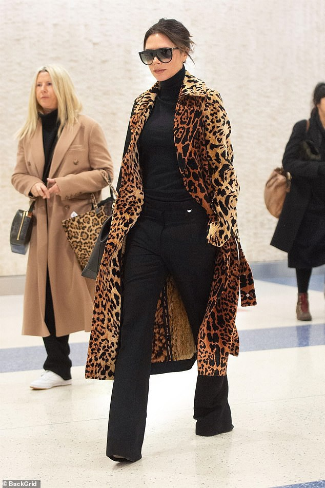 Chiếc áo này mang nhãn hiệu Victoria Beckham có giá gần 4000 USD.
