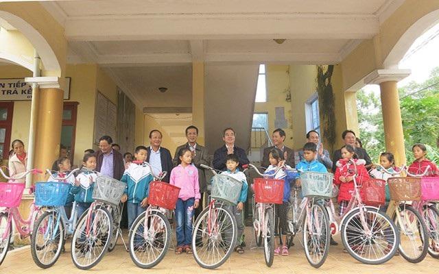 Các đại biểu tặng xe đạp cho học sinh nghèo vượt khó tại huyện Quảng Ninh, tỉnh Quảng Bình