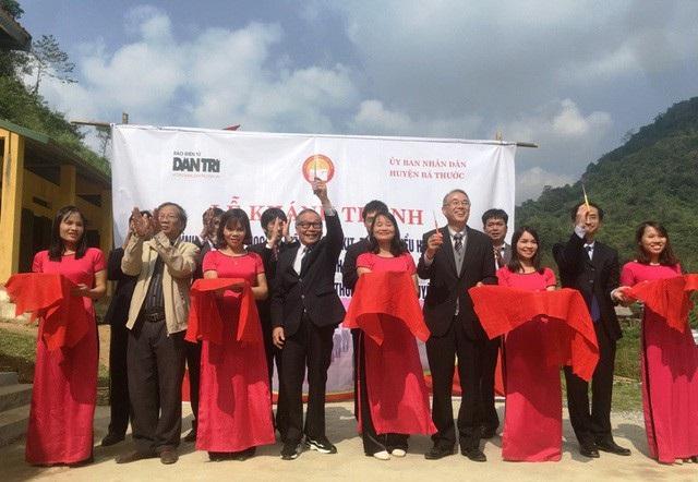 Ông Ota Ichiro, Giám đốc Ban Giao lưu và Công tác xã hội tổ chức Shinnyo-en Nhật Bản (thứ 4 bên phải sang) cắt băng khánh thành công trình phòng học Dân trí tại Thanh Hóa do Shinnyo-en Nhật Bản tài trợ qua Quỹ Khuyến học Việt Nam và báo Dân trí