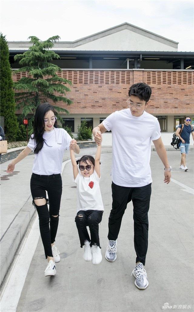 Gia đình nhỏ của Giả Nãi Lượng và Lý Tiểu Lộ đã lao đao vì scandal ngoại tình của nữ diễn viên họ Lý.