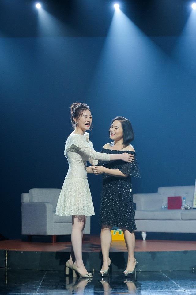 Phương Oanh thổn thức khi hỏi mẹ đẻ của kịch bản Quỳnh búp bê. Ảnh: VTV.