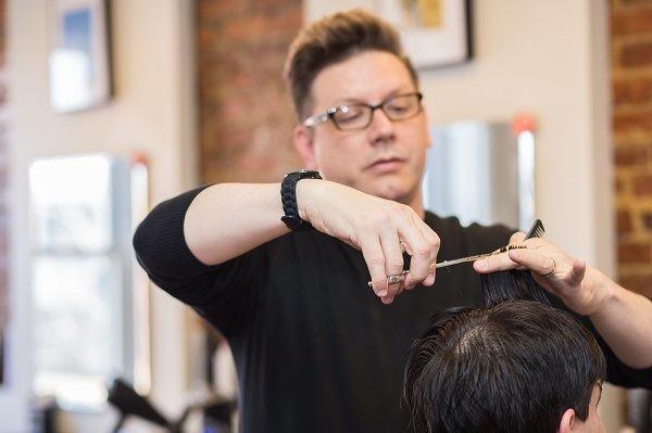 Thợ làm tóc có nguy cơ ung thư bàng quang, lao phổi.