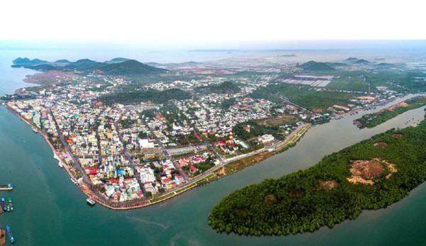 Hà Tiên là cửa ngõ đón đầu du khách đi Phú Quốc và của ngõ giao thông, giao thương của các Quốc gia tiểu vùng sông Mekong khi tới Việt Nam.