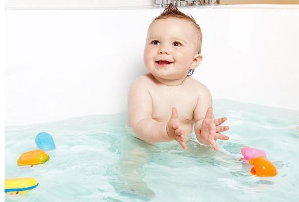 Không nên tắm cho trẻ bằng nước quá nóng hoặc quá lạnh