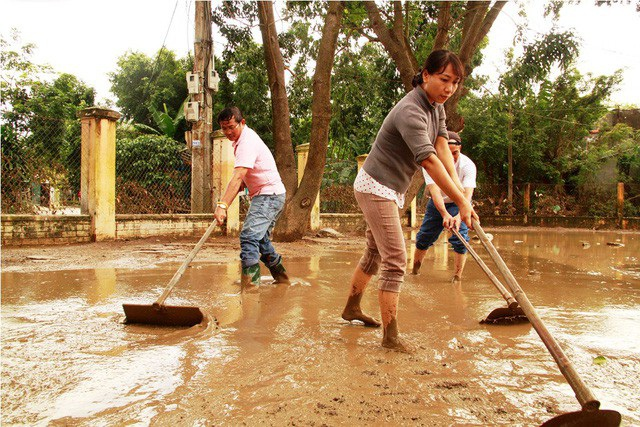 Sau lũ, thầy cô đi dọn bùn tại huyện Tuy Phước- lũ cuối năm 2016.