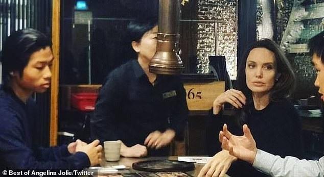 Pax Thien cùng đồng hành với mẹ và anh trai trong chuyến đi tới Hàn Quốc. Trong khi Maddox bận rộn với những chuyến tham quan trường Đại học, Pax Thien cùng mẹ ghé qua một cửa hàng đồ nướng Hàn Quốc.