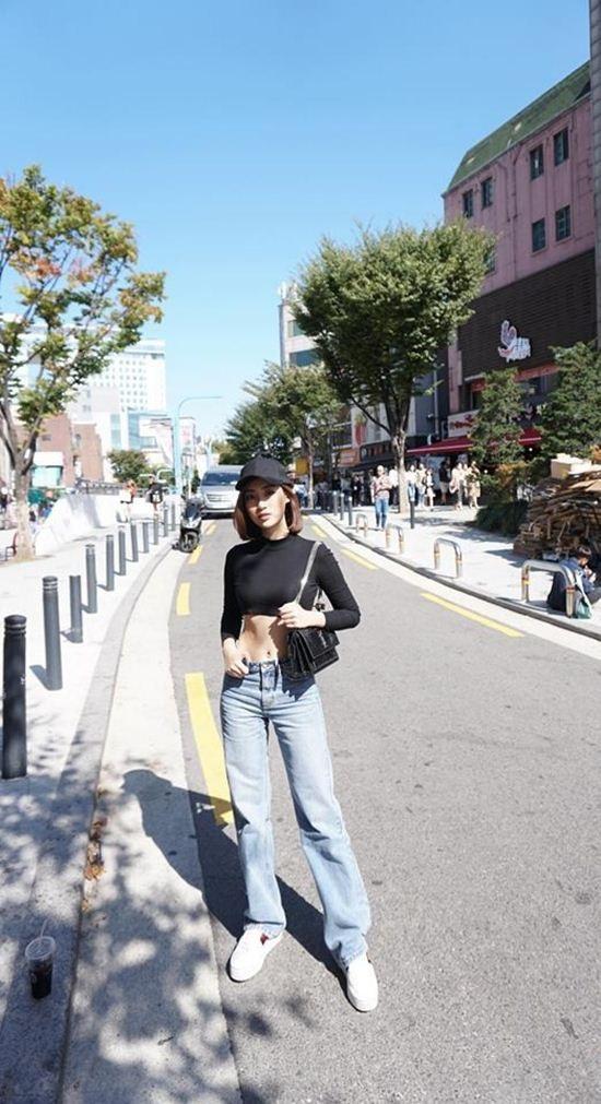 Trong chuyến đi Hàn Quốc vừa qua, Đỗ Mỹ Linh cũng gây bất ngờ khi lần hiếm hoi xuất hiện với hình ảnh vô cùng trẻ trung, cá tính với crop-top tay dài khoe eo thon.