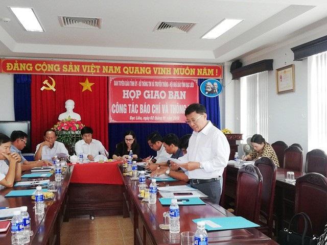 Ông Dương Hồng Tân- Phó Giám đốc Sở GD&ĐT tỉnh Bạc Liêu (người đứng) cho biết chỉ xử lý rút kinh nghiệm đối với bà Phú Thị Cẩm (Hiệu trưởng Trường THPT Chuyên Bạc Liêu, nay đã nghỉ hưu).