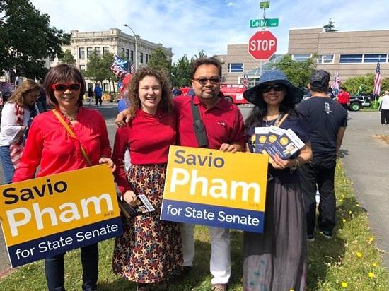 Ông Savio Pham chụp ảnh cùng người ủng hộ (Ảnh: Savioforsenate.com)