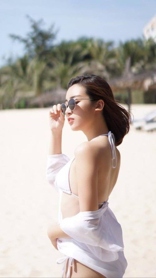 Sau khi hết nhiệm kỳ, hoa hậu Việt Nam 2018 Đỗ Mỹ Linh khá thoải mái khi chia sẻ hình ảnh gợi cảm, quyến rũ. Mới đây, Đỗ Mỹ Linh đăng tải ảnh diện bikini hai mảnh khoe lưng trần gợi cảm trên bãi biển.