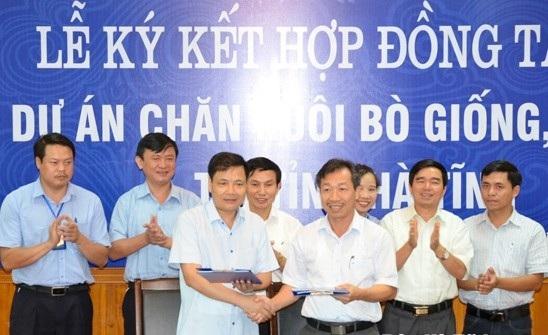 Ông Kiều Đình Hoà trong buổi lễ ký kết hợp đồng tín dụng với Công ty CP Chăn nuôi Bình Hà năm 2015 (ảnh: Báo Hà Tĩnh)
